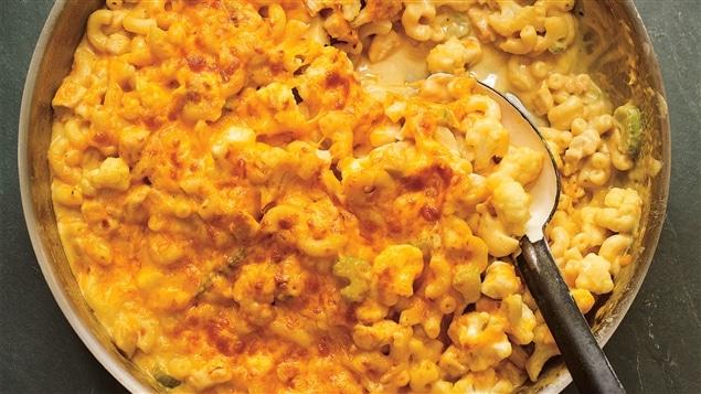 Casserole de macaroni au fromage avec une cuillère.