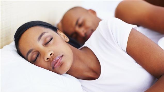 Un couple dort.