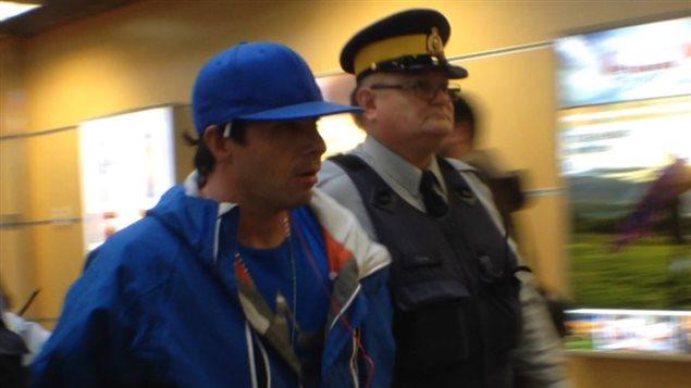 Michael Howells aux mains de la police à l'aéroport de Kelowna