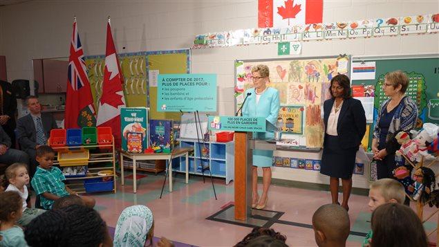 La première ministre Kathleen Wynne annonce la création de 49 nouvelles places en garderie