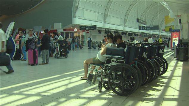 Fauteuils roulants pour le transport des passagers à l'aéroport Pearson