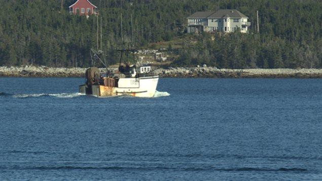 Un bateau de pêche près de Sambro en Nouvelle-Écosse