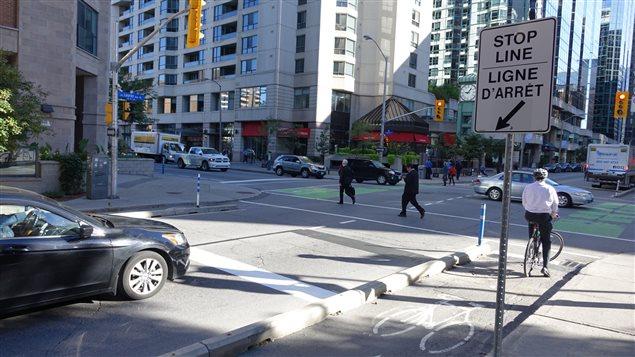 Certaines lignes d'arrêt des voitures ont été reculées d'environ 5 m.