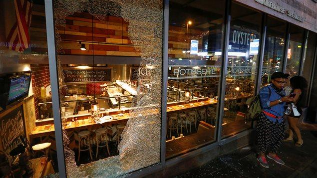 Les émeutes ont donné lieu à des scènes de pillage et de vandalisme.