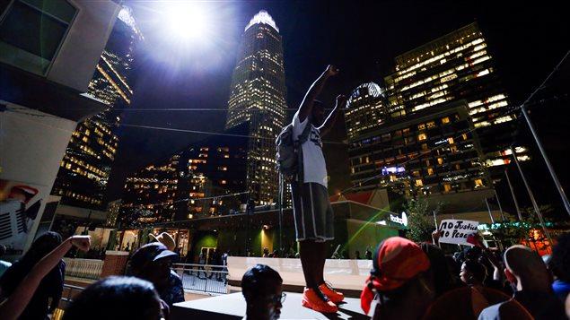 Des manifestants ont scandé des slogans relatifs au mouvement «Black Lives Matter» en début de soirée.