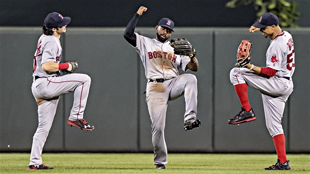 Andrew Benintendi, Jackie Bradley Jr., Mookie Betts célèbrent la victoire des Red Sox