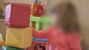 S.S., une petite fille qui a été retirée de sa famille d'accueil sur l'île de Vancouver par le ministère des Enfants et du Développement de la famille de la Colombie-Britannique.