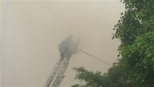 Des pompiers éteignent un feu à White Rock en Colombie-Britannique