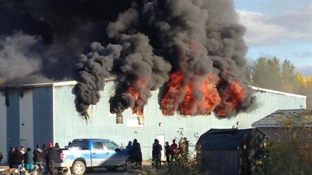 Le magasin de Shamattawa sous les flammes