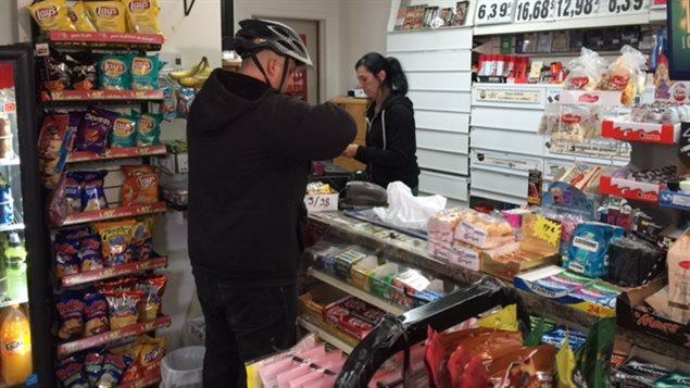 Jean-Philippe Sauret se rend au dépanneur du coin pour acheter les produits demandés par ses clients et ensuite il va les livrer.