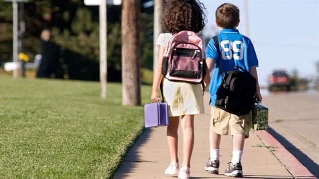 Des enfants marchent vers l'école.