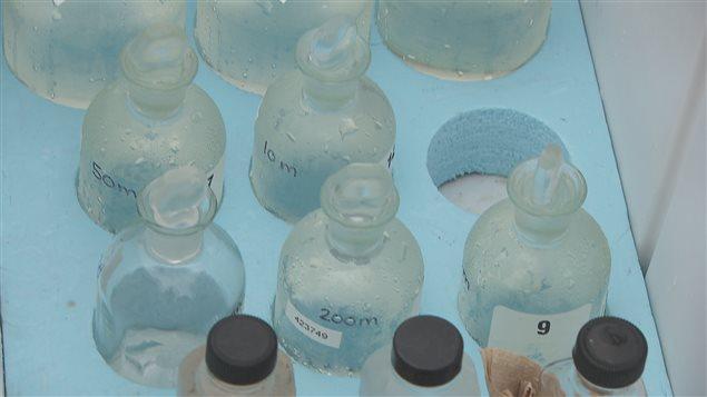 L'eau contenue dans ces bouteilles servira à des analyses en laboratoire.