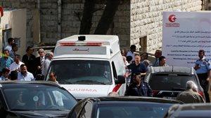 Une ambulance transporte le corps de l'écrivain Nahed Hattar.