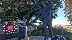 Les cendres de Gordie Howe ont été enterrées au pied de sa statue au Centre SaskTel à Saskatoon.