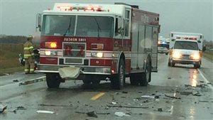 Un camion de pompier et une ambulance sur la scène de l'accident sur la route 10 près de Yorkton.