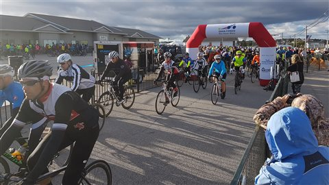 Des cyclistes au départ du Gran Fondo à la Baie Sainte-Marie