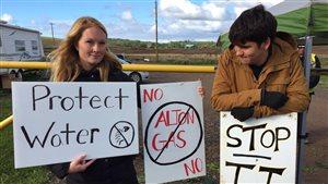 Une douzaine de manifestants bloquent l'accès au chantier de la compagnie gazière Alton, près de Stewiacke, en Nouvelle-Écosse.