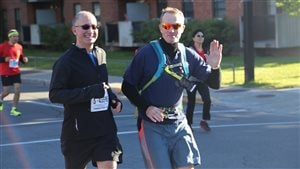 Stéphane Demers (à gauche), a participé au marathon de Montréal, un an après avoir frôlé la mort à 50 mètres de la ligne d'arrivée