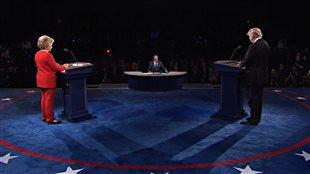 Hillary Clinton et Donald Trump à leur podium respectif au début du débat