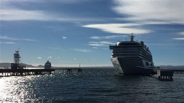 Le Crystal Serenity est à quai et le Silver Whisper est à l'ancre, à gauche de la photo.