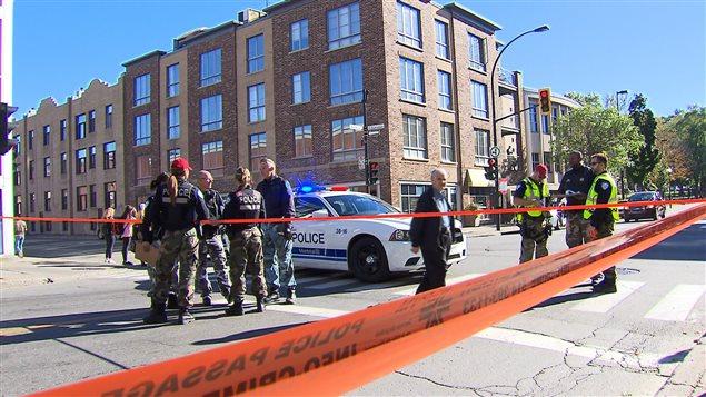 La scène policière, à l'angle de l'avenue Mont-Royal et de la rue Saint-Urbain