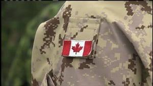 Le drapeau du Canada sur l'uniforme d'un militaire des Forces armées canadiennes