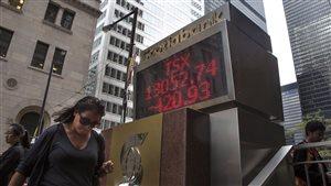 Tableau affichant les résultats de la Bourse de Toronto dans le quartier des affaires.