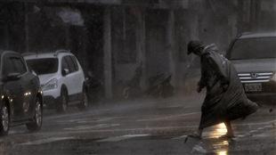 Un piéton affronte les vents et la pluie battante typhon Megi, à Taïwan.
