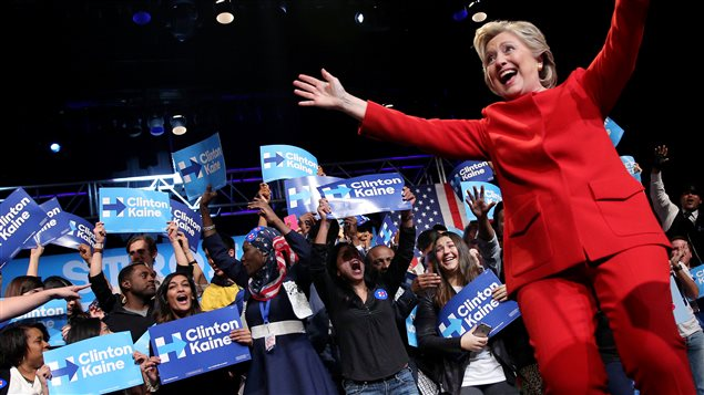 Hillary Clinton entourée de ses partisans