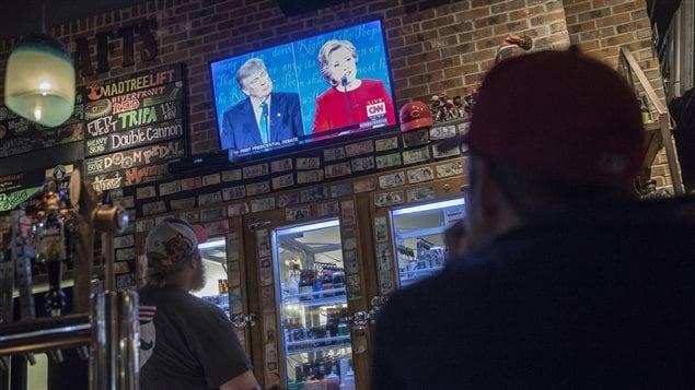 Des clients d'un bar de Cincinnati regardent le débat entre Donald Trump et Hillary Clinton, le 26 septembre.