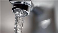 De l'eau potable coule d'un robinet