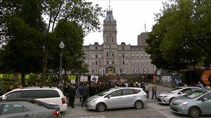Des chauffeurs de taxi manifestent devant l'Assemblée nationale pour dénoncer le projet pilote unissant le gouvernement Couillard à Uber