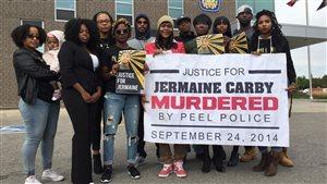 Des membres de Black Lives Matter manifestent à Brampton.