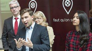 Gabriel Nadeau-Dubois s'exprime en compagnie de Jean-Martin Aussant, Claire Bolduc et Maïtée Labrecque-Saganash, à Montréal, le 28 septembre.