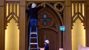 Des employés apportent une dernière touche aux travaux à la cathédrale St. Michael's.