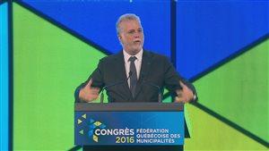 Le premier ministre Philippe Couillard pendant son discours d'ouverture au 75e congrès de la Fédération québécoise des municipalités.