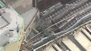 Une partie du toit de la gare d'Hoboken s'est effondrée sur les wagons du train.
