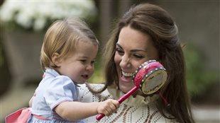 La duchesse de Cambridge tient la princesse Charlotte sans ses bras à Victoria