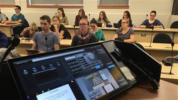 Les étudiants en médecine assistent à des cours par visioconférence de l'Université de Sherbrooke.