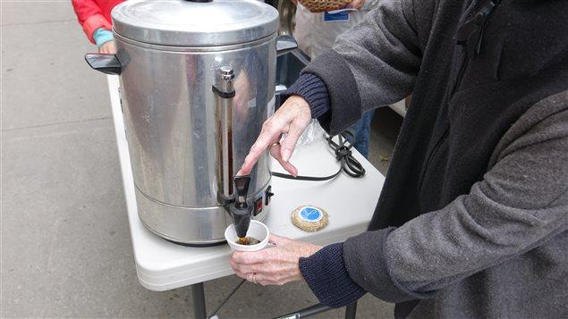 Café et biscuits sont distribués gratuitement