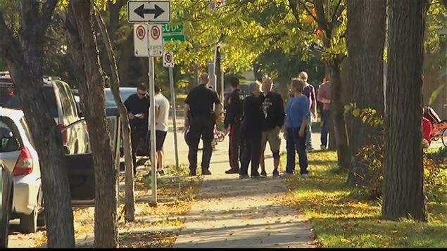 Des agents de la police de Winnipeg parlent aux témoins d'un incident survenu au parc Coronation du quartier Saint-Boniface de Winnipeg.