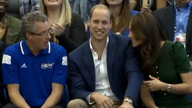 Steve Manuel (à gauche) est assis avec le couple royal pendant un match de volleyball à l'Université de la Colombie-Britannique.