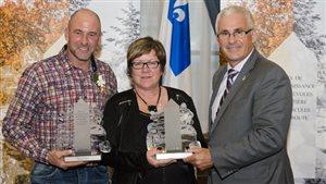 Robin Lévesque et Suzanne Synnott, lauréats du Prix reconnaissance des bénévoles en matière de véhicules hors route, et M. Ghislain Bolduc, adjoint parlementaire du ministre des Transports