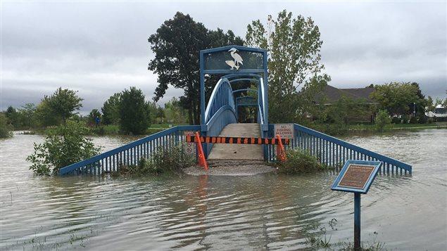 Le pont Blue Heron à Tecumseh qui enjambe un petit lac reste inaccessible.