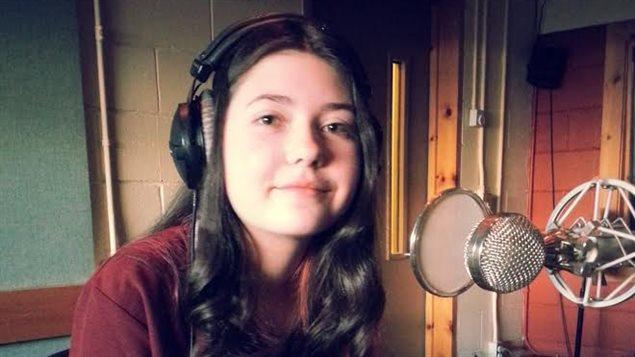 La jeune Angèle Fréchette, en studio, à Radio-Canada Côte-Nord nous parle de  son tout premier récital de chant classique