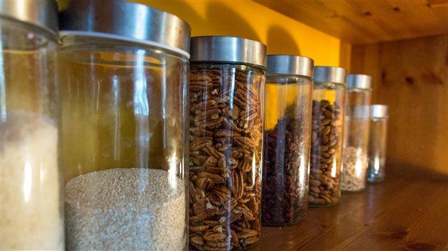 Des céréales, des noix et des fruits séchés sur l'étagère de la cuisine de Marie-Claude Morin