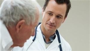 Un médecin avec son patient
