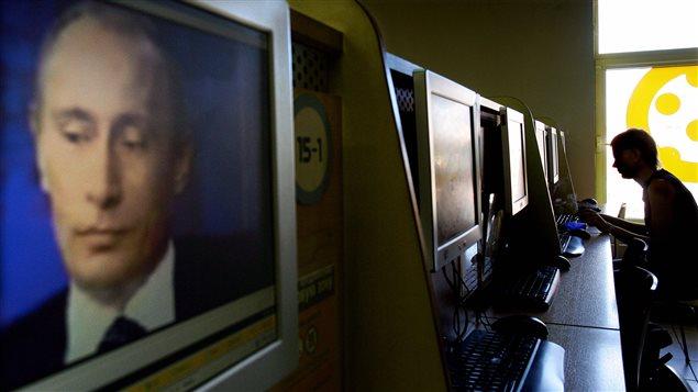 Le président russe, Vladimir Poutine, sur un écran d'ordinateur dans un café internet à Moscou.