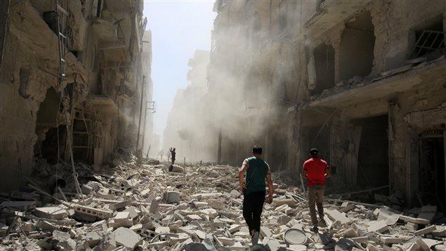 Des hommes inspectent les dégâts après un raid aérien sur le quartier rebelle d'al-Qaterji d'Alep, Syrie, 25 septembre 2016