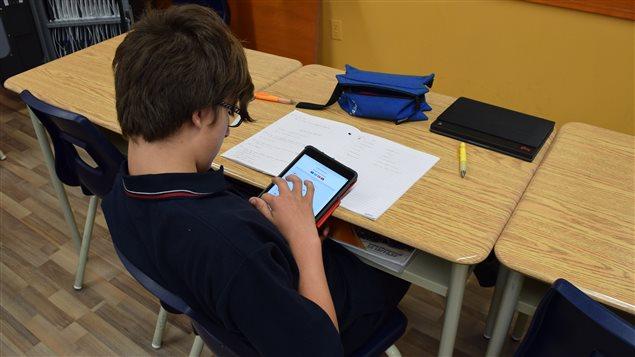 Tous les élèves utilisent une tablette électronique dans leur cours d'anglais.